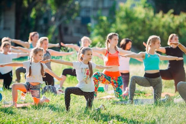 Cours de yoga en plein air. yoga pour les enfants Photo Premium