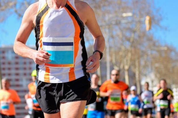 Course de marathon, coureurs sur route, sport, fitness et concept de mode de vie sain Photo Premium