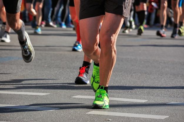 Course De Marathon, De Nombreux Coureurs Pieds Sur Course Sur Route, Compétition Sportive, Fitness Et Concept De Mode De Vie Sain Photo Premium