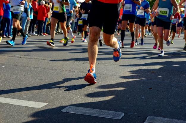Course de marathon, de nombreux coureurs pieds sur route Photo Premium