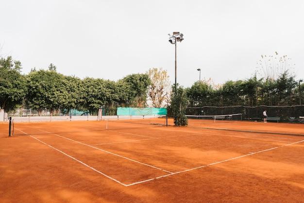 Court de tennis par temps nuageux Photo gratuit