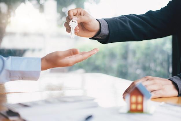 Courtier immobilier contrat de location de maison résidentielle. Photo Premium
