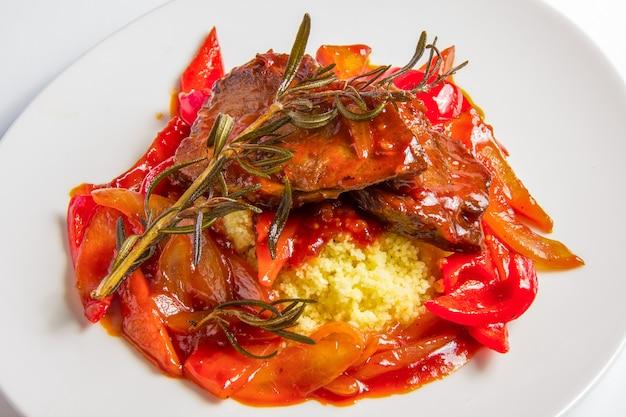 Couscous à L'agneau Dans Une Sauce Tomate Aigre-douce. Photo gratuit