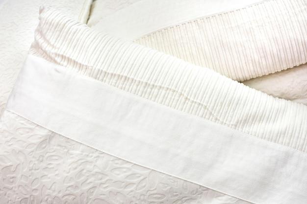 Coussins blancs posés sur le lit. Photo Premium