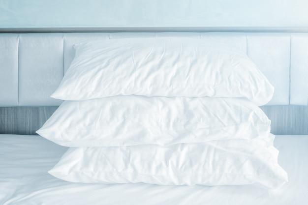 Coussins moelleux confortables sur les draps blancs Photo Premium