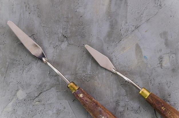 Couteau à palette vue de dessus sur fond de béton Photo gratuit