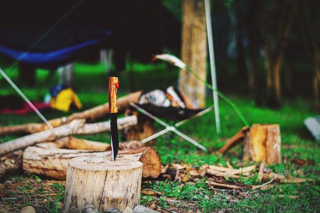 Couteau de survie sur bois au camp en forêt. Photo Premium