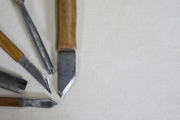 Couteaux et ciseaux pour la sculpture sur bois Photo Premium