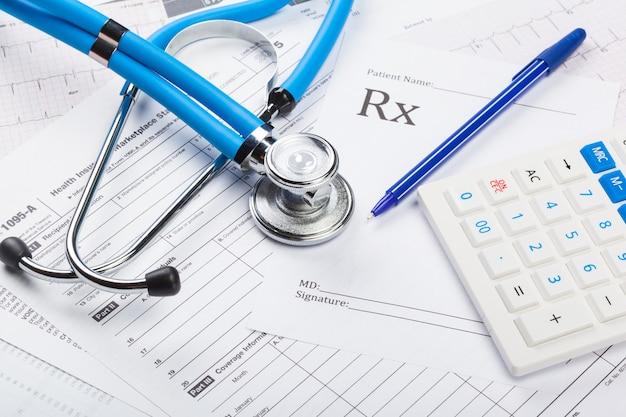 Coûts des soins de santé. stéthoscope et calculatrice Photo Premium