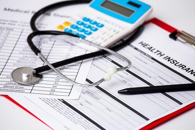 Coûts des soins de santé. stéthoscope et symbole de la calculatrice pour les coûts de soins de santé ou l'assurance maladie. Photo Premium
