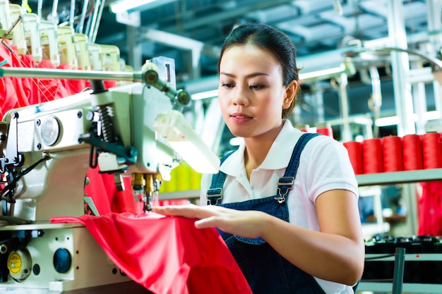 Couturière chinoise dans une usine textile Photo Premium