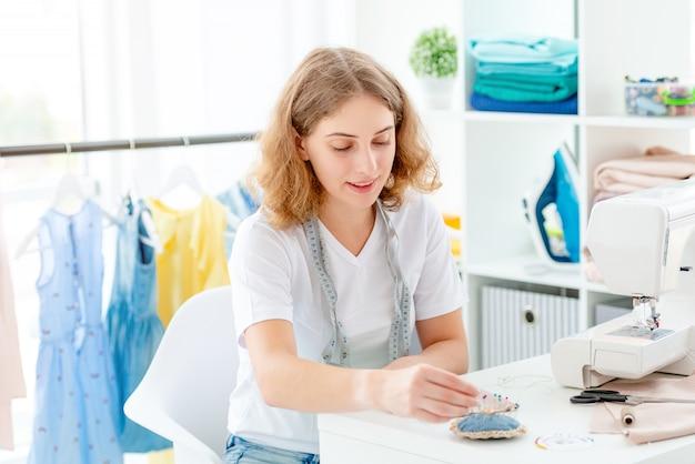 Couturière Cousant à La Main En Atelier Photo Premium