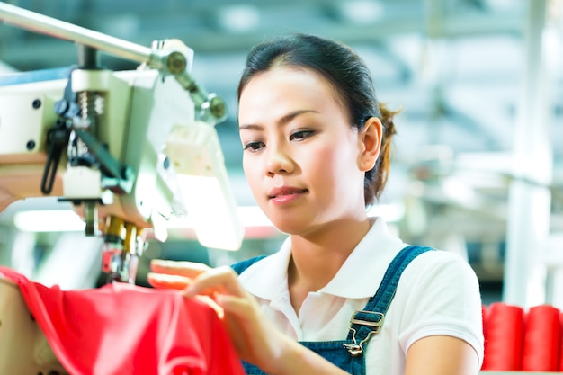 Couturière dans une usine textile chinoise Photo Premium