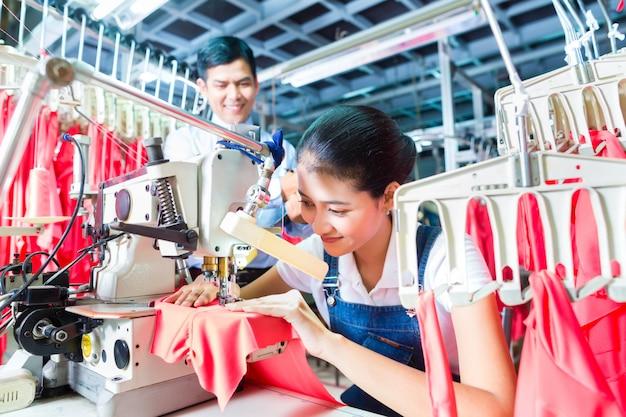 Couturière indonésienne dans une usine de textile asiatique Photo Premium
