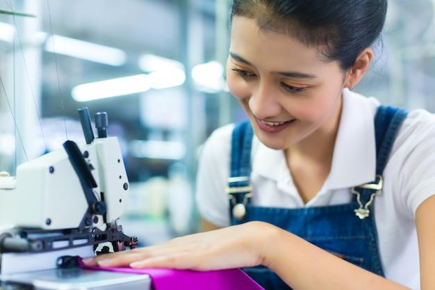 Couturière indonésienne dans une usine textile Photo Premium