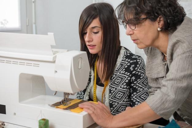 Couturière Et Son Apprenti Avec Une Machine à Coudre Photo Premium