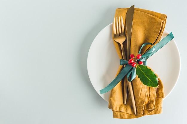 Couverts de noël avec serviette sur plaque Photo Premium