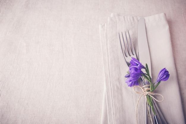 Couverts de table fleur bleu violet sur lin Photo Premium