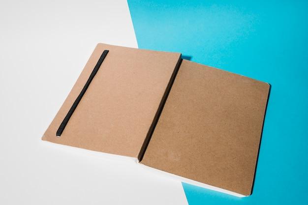 Couverture de livre sur double toile de fond Photo gratuit