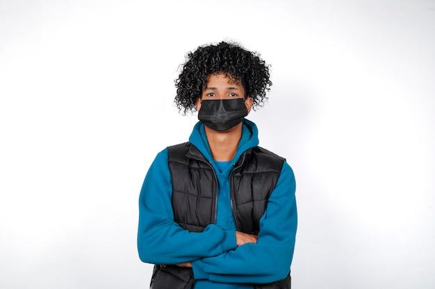 Covid19. Portrait Frontal Fermé D'un Jeune Homme Afro Occasionnel Portant Un Masque Médical Noir Isolé Sur Fond Blanc. Jeune Homme Afro Regardant La Caméra. Photo Premium