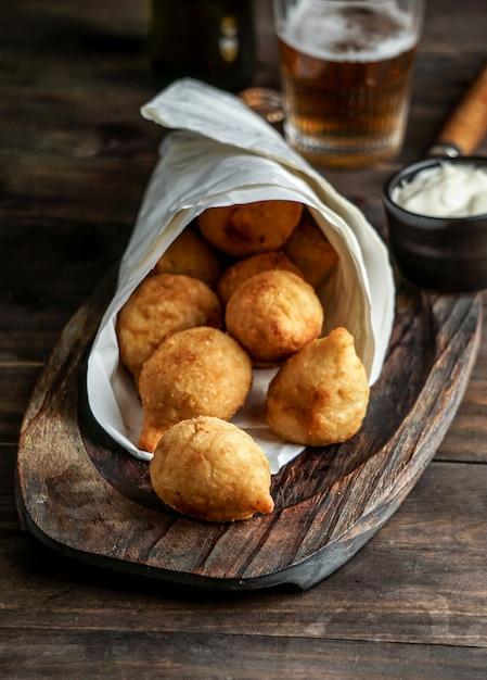 Coxinha - Aliment Populaire Au Brésil Composé De Viande De Poulet Hachée Ou Râpée Recouverte De Pâte Photo Premium