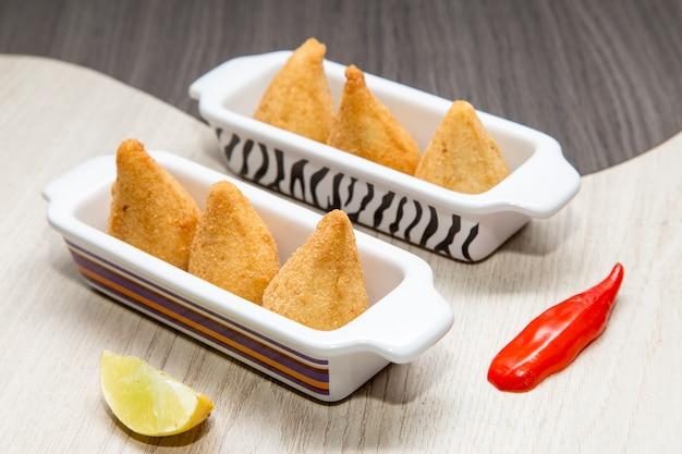 Coxinha De Frango - Mini Collation De Poulet Frit Brésilien Photo Premium
