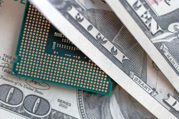 Cpu de bureau sur fond de devise dollars. concept de prix de la technologie. Photo Premium
