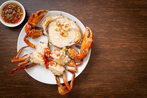 Crabe Aux œufs Cuit à La Vapeur Avec Du Lait Frais Photo Premium