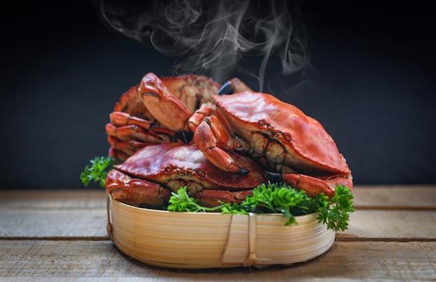 Crabe cuit à la vapeur et sombre Photo Premium
