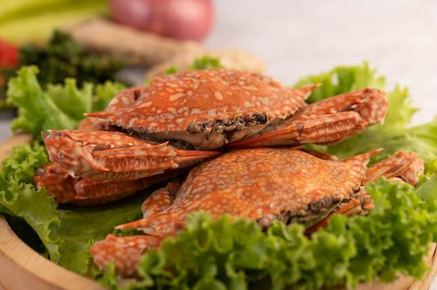 Un Crabe Est Cuit Sur De La Laitue Dans Un Plat. Photo gratuit