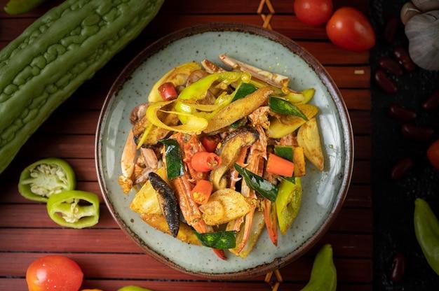 Crabe Frit Au Curry En Poudre Dans Une Assiette Avec Poivrons Et Tomates. Photo gratuit