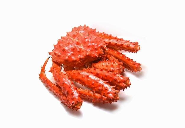 Crabe rouge isolé / crabe royal d'alaska cuit à la vapeur ou de fruits de mer bouillis sur fond blanc Photo Premium