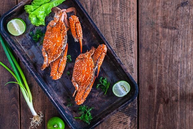 Crabes cuits, fruits de mer, plaque, sur, table Photo Premium