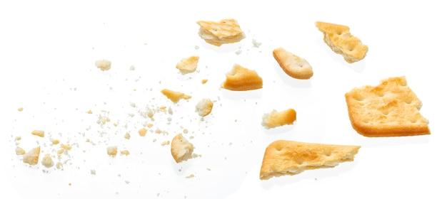 Cracker cassé isolé sur blanc, vue de dessus Photo Premium
