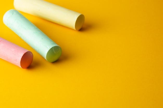 Craies colorées sur fond jaune avec espace de copie. Photo Premium