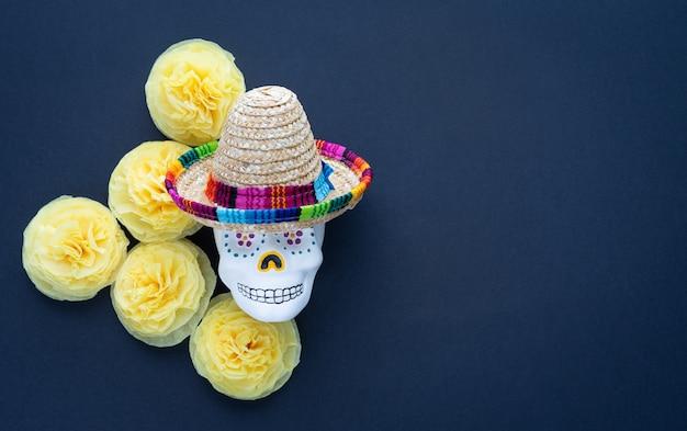 Crâne Avec Chapeau Mexicain Et Fleurs De Papier Jaune Cempasuchil Sur Fond Noir Photo Premium