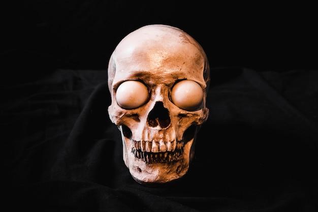 Crâne effrayant avec des globes oculaires blancs Photo gratuit