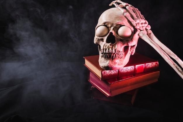 Crâne avec globes oculaires et bras squelettique sur le dessus Photo gratuit