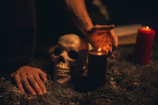 Crâne gros plan avec des bougies allumées Photo gratuit