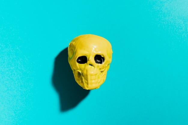 Crâne jaune vue de dessus sur fond bleu Photo gratuit