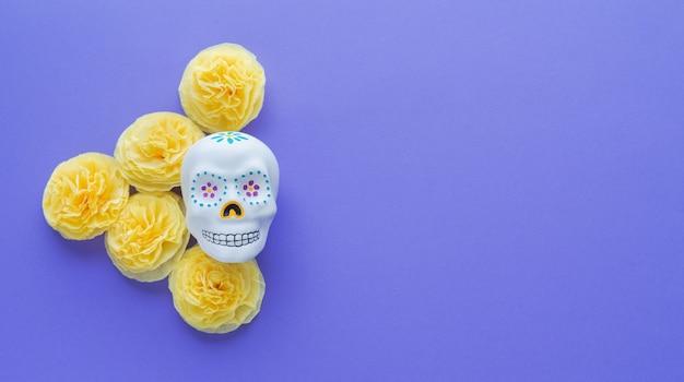 Crâne Mexicain à Fleurs Jaunes De Papier Cempasuchil Sur Violet Photo Premium