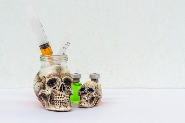 Crâne et seringue Photo gratuit