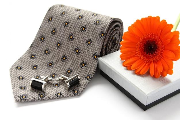 Cravate et boutons de manchette avec des fleurs sur blanc Photo Premium