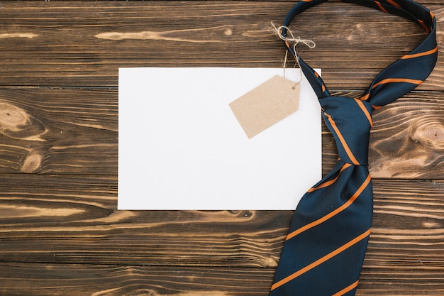 Cravate En Papier Avec étiquette Photo gratuit