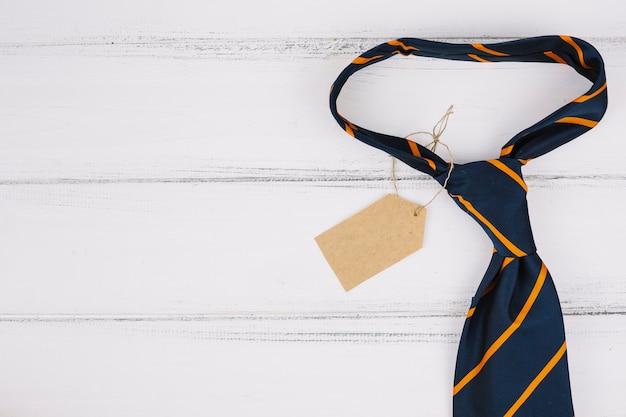 Cravate à rayures avec étiquette Photo gratuit