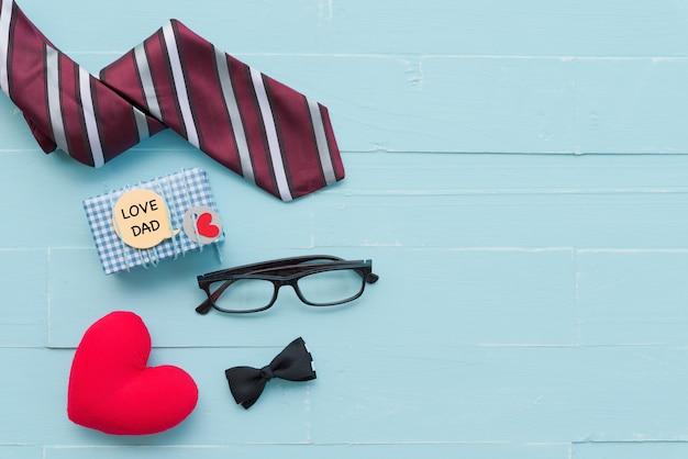 4c5f28eab3719 Cravate rouge, lunettes, coffret cadeau avec texte love dad et coeur ...