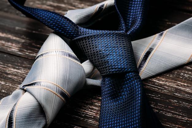 Cravates bleues et grises sur fond en bois Photo Premium