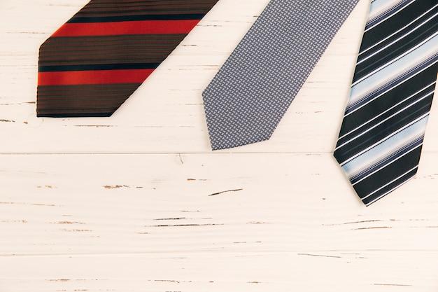 Cravates à rayures sur le bureau Photo gratuit
