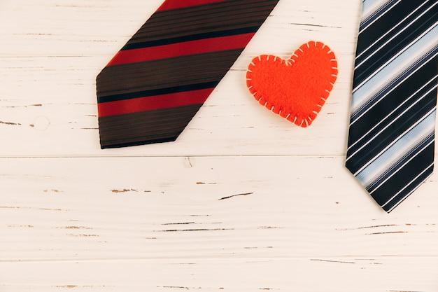 Cravates à rayures près du symbole du coeur à bord Photo gratuit