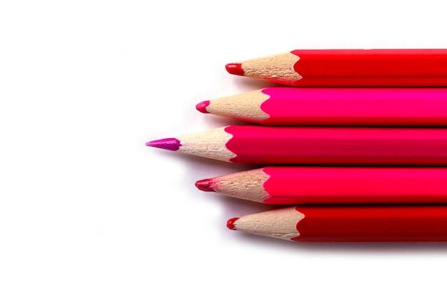 Un Crayon Aiguisé Se Détachant Des émoussés. Il Est Facile D'être Beau Si L'on Ne Fait Rien De Concept. Crayons Rouges Sur Blanc. Photo Premium